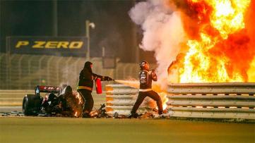 Foto- El piloto francés se salvó luego del choque e incendio de su auto en la largada.