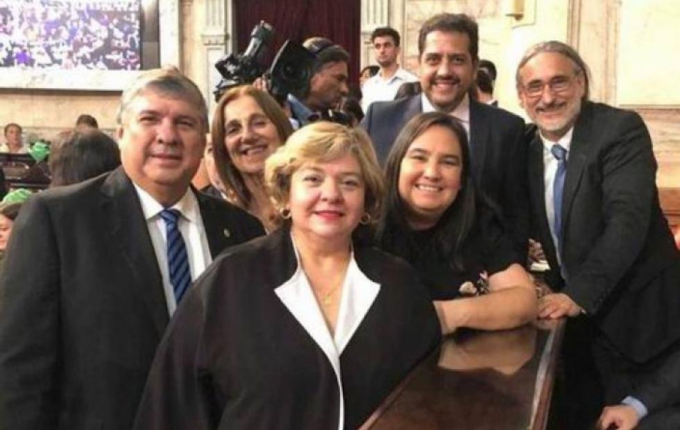 El gobernador con sus legisladores y la bancada kirchnerista piden la cabeza de Carbajal