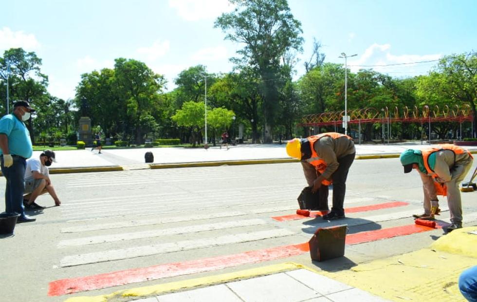 Pintan de color naranja sendas peatonales para simbolizar la lucha contra la violencia de género