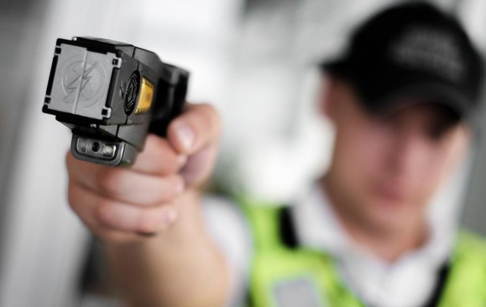 La ministra Frederic autorizó que un grupo de elite de la PF utilice las pistolas Taser que compró Patricia Bullrich