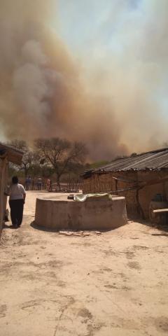 Dos familias que eran asechadas por la quema de pastizales fueron rescatas por la Policía .....jpg