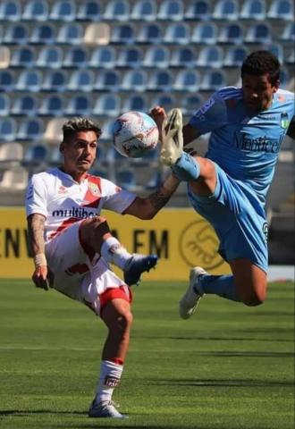 Foto- Ramón Fern{andez en plena acción y luchando por la posesión del balón, fue en el empate del Celeste..jpg