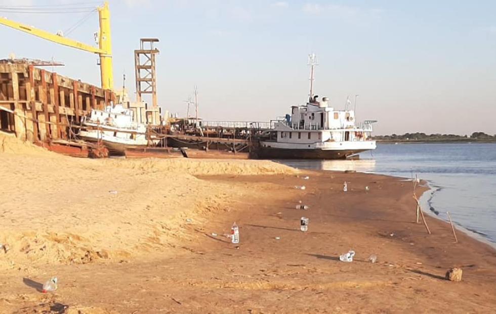Con la vuelta de la pesca también volvió la basura a la costa del río Paraguay