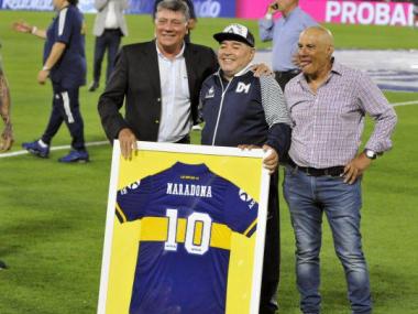 Foto- El día que fue homenajeado en la Bombonera cuando Diego fue con su Gimnasia.jpg