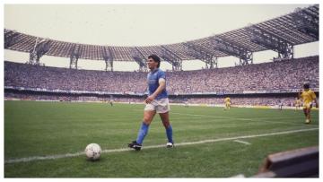 Foto- Diego Armendo Maradona con el estadio San Paolo de fondo..jpg