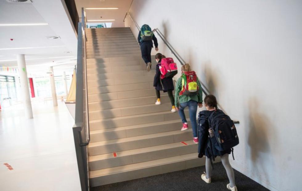 Mientras Europa sostiene las escuelas abiertas en su pico de contagios, en Argentina solo el 1% de los chicos asiste a clases presenciales