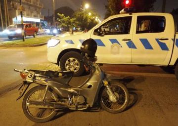 Motociclista en estado de ebriedad cruz_ sem_foro en rojo y embisti_ un m_vil policial..jpg