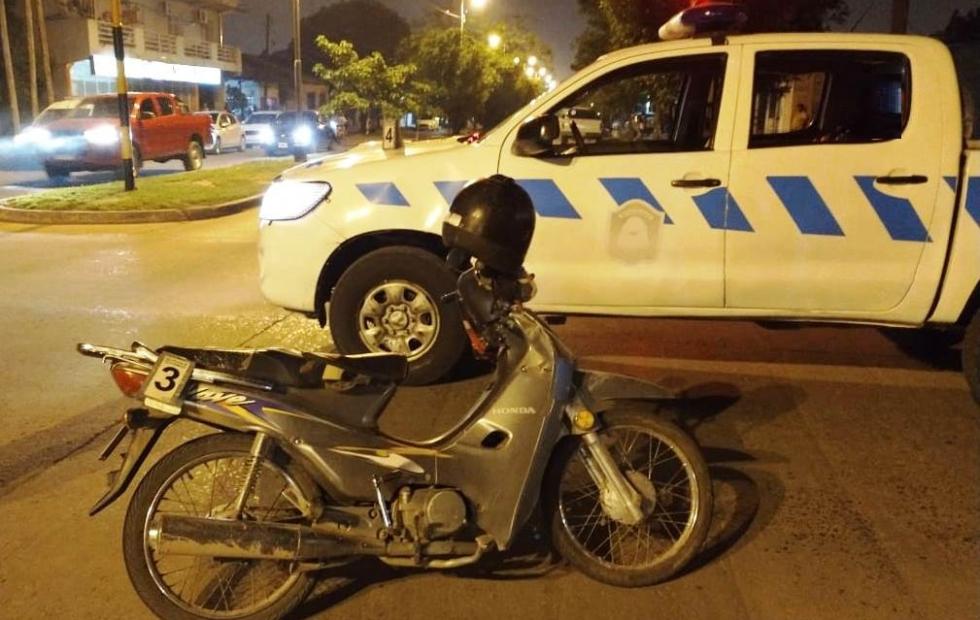 Motociclista en estado de ebriedad cruzó un semáforo en rojo y embistió un móvil policial