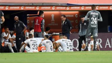 Foto- Llamó la atención que el Santos de Brasil realizó la charla del entretiempo en el campo de juego..jpg