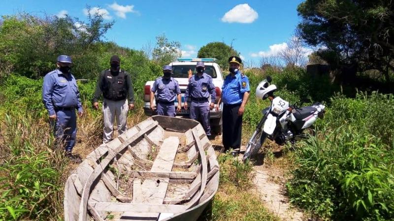 La policía secuestró embarcaciones en orillas del Río Bermejo ...jpeg