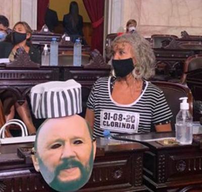 La diputada Mónica Frade asistió a la Asamblea Legislativa vestida de presa para reclamar por la situación en Formosa