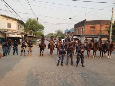 Policía con fleteros