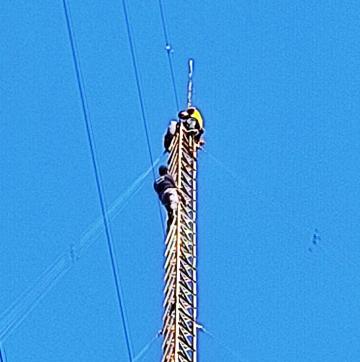 Joven se trepo a una antena.jpg