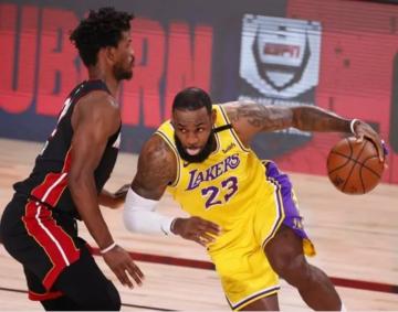 Foto- Lakers venció a Miami en el juego 1.