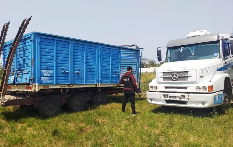 La policía secuestró un camión con acoplado  y armas de fuego; hay un detenido