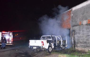 La Policía investiga el incendio de una camioneta en el barrio San Juan II...jpg