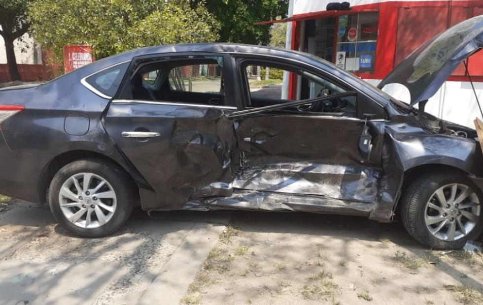 Un auto terminó sobre la vereda tras ser embestido otro vehículo