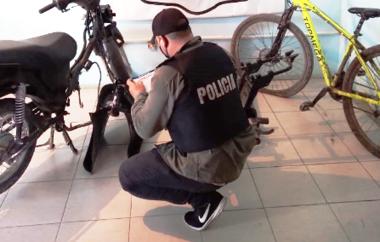 La Policía secuestro una motocicleta, partes de otra, una bici y plantines de marihuana. Hay un hombre detenido.png