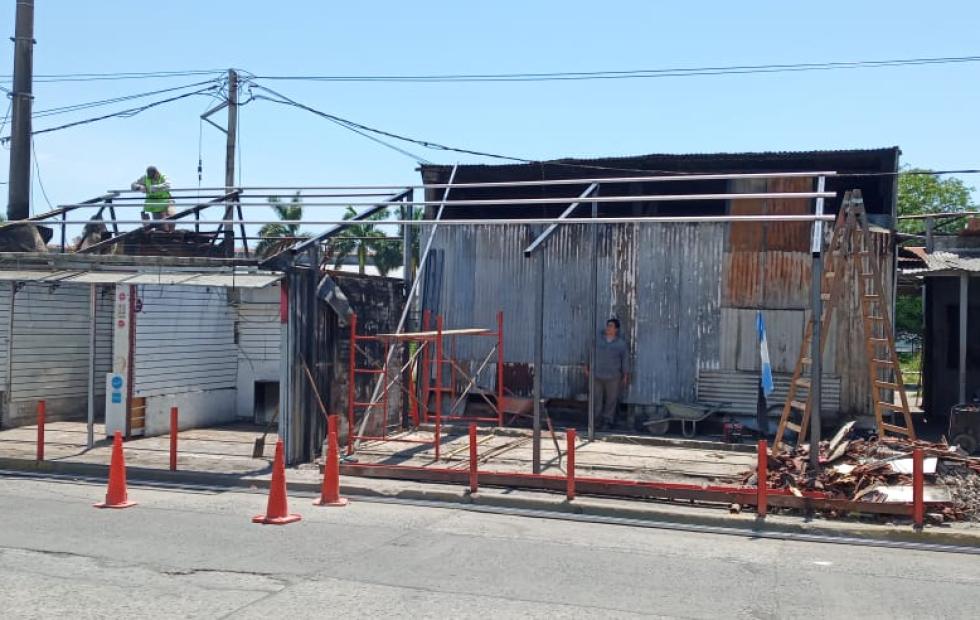 Reacondicionan locales del mercadito que se habían incendiado por completo